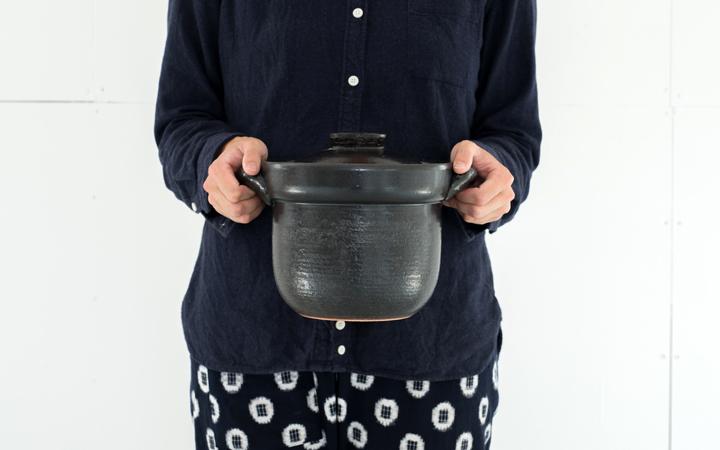 手に持った土鍋