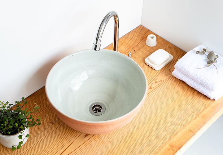 火色丸型手洗鉢の使用風景